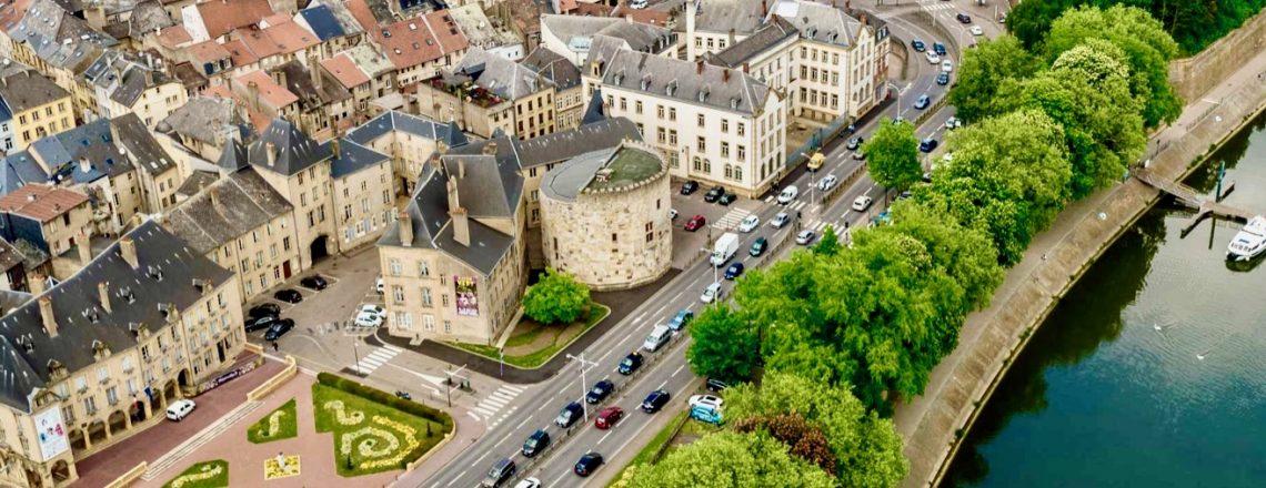 Bandeau 8 VUE aérienne de THIONVILLE Hôtel de Ville, Tour aux Puces et Moselle